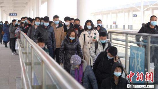 图为在银西高铁沿线车站甘肃环县站旅客出行。 马登平 摄