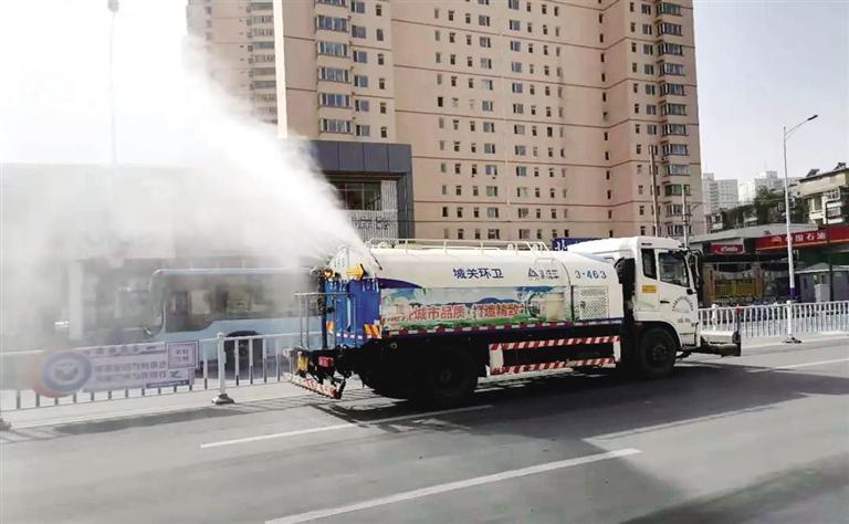 加派作业车辆 增加保洁频次 保持路面湿润 城关环卫多举措应对沙尘天气
