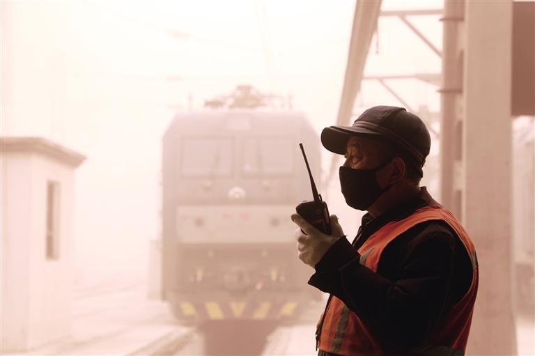 兰州铁路局加强线路设备巡视检查确保运输安全