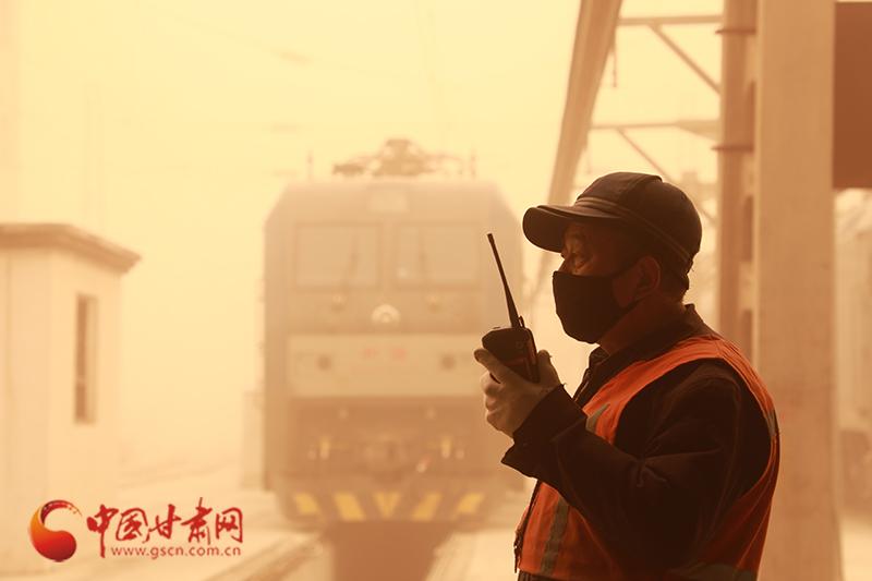 兰州铁路局积极应对沙尘天气 确保运输安全