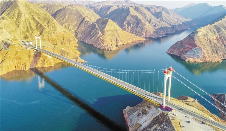 刘家峡大桥叹为观止 盛世度假村绿柳婆娑 沿途风景瑰丽婉约