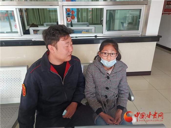 兰州:10岁小姑娘乘错车 热心公交人伸援手
