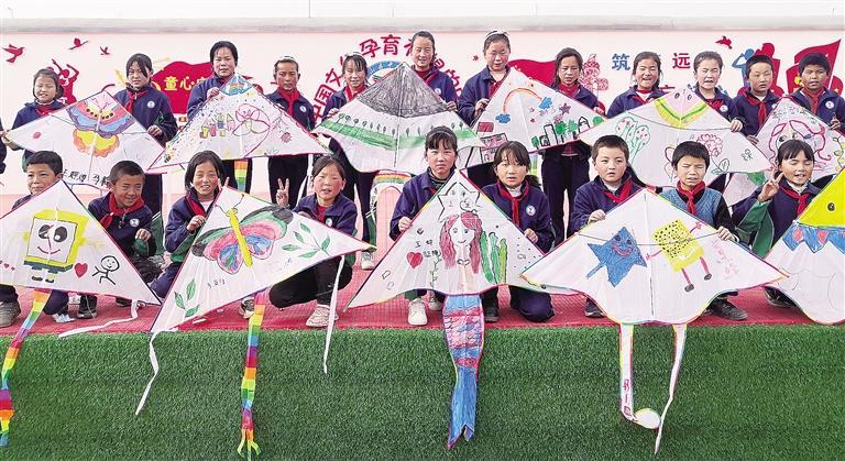 临夏州积石山县中咀岭乡中咀岭小学组织师生制作风筝