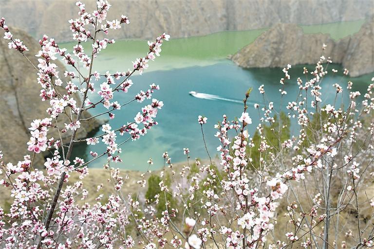 3月28日船舶行驶在黄河刘家峡水库