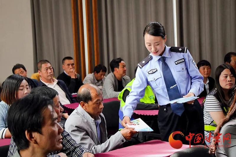 """康县:开辟""""流动车管所""""便民服务新路径"""