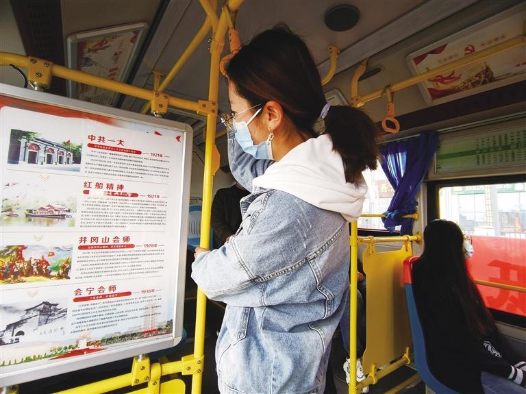 兰州新区:红色主题公交车上线