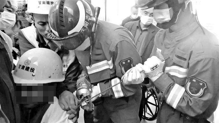 螺纹钢插进建筑工人后背 庆阳消防联手医生5秒切断