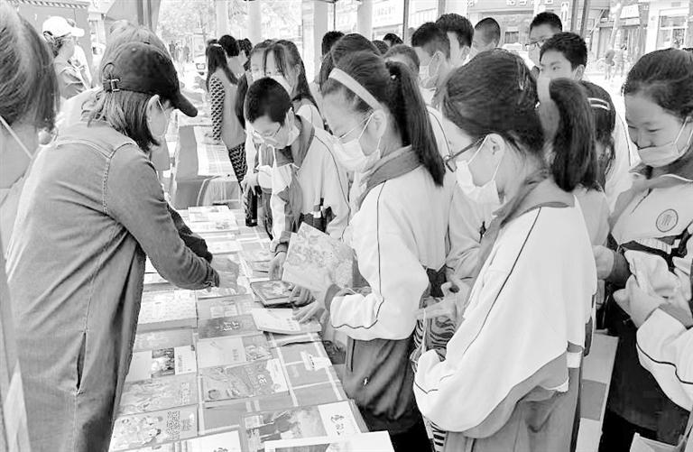 """兰州正宁路社区:共享集市""""图书漂流"""" 让红色党史薪火相传"""