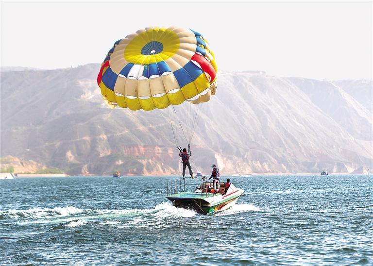 5月4日游客在刘家峡水库乘船游览