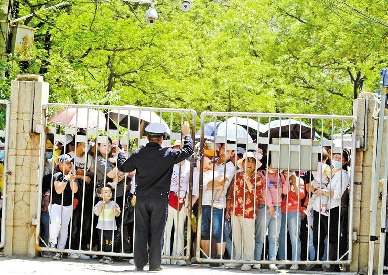 人流如潮 入园游客突破5万 五泉山公园、兰州市动物园昨日临时闭园