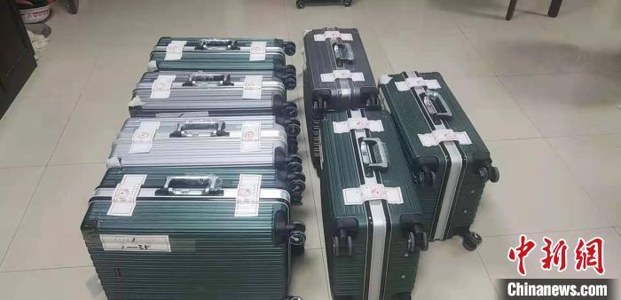 """图为酒泉市肃州区法院整理出的""""胡氏兄弟""""纸质证据,装满7个皮箱。(资料图) 刘美玲 摄"""