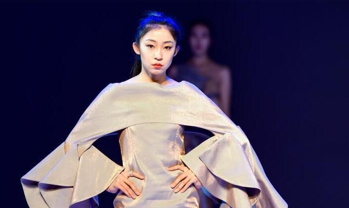 呼和浩特:校园炫彩时装秀
