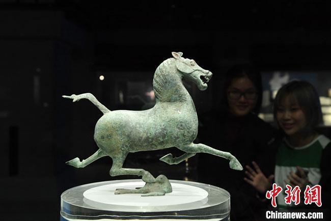 图为甘肃省博物馆馆藏文物铜奔马。(资料图) 杨艳敏 摄