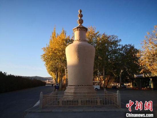 图为2020年11月,沐浴在晨光中的莫高窟道士塔。(资料图) 冯志军 摄