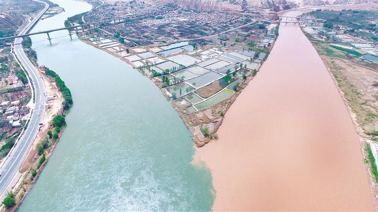 临夏州永靖县盐锅峡镇段的黄河与湟水交汇处