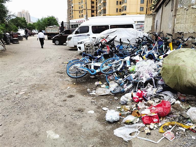 百米土路脏乱差,谁来管?经记者协调,社区组织志愿者进行了清理