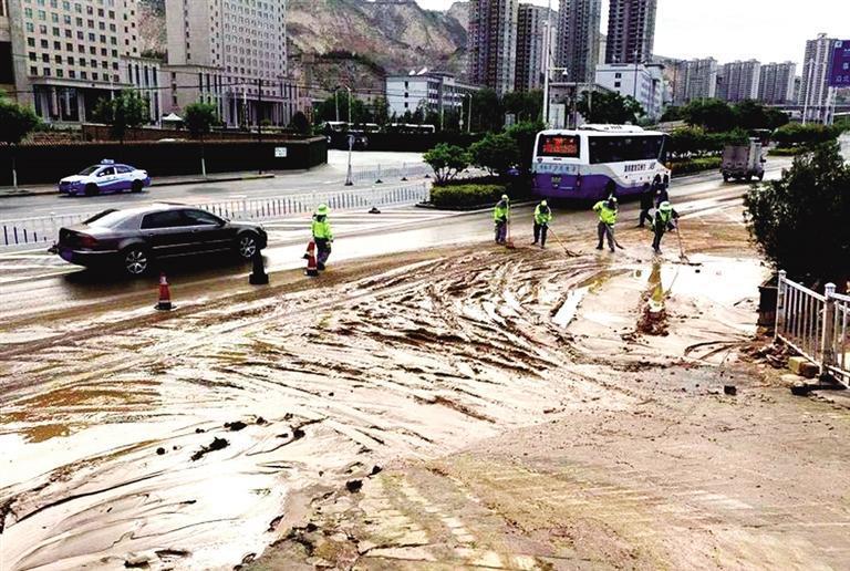 """兰州:水管爆裂淤泥污染路面 城关环卫""""人机""""合力治污"""
