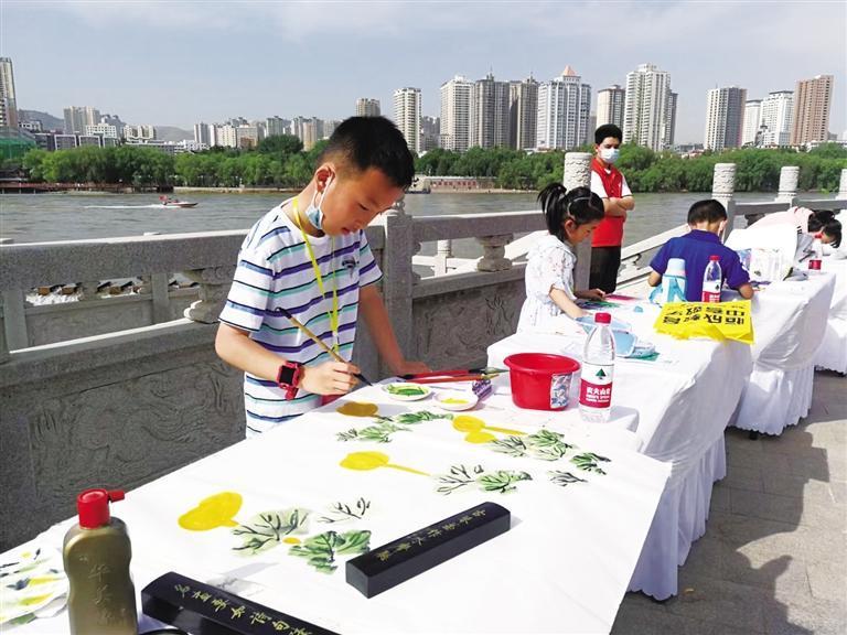 """翰墨绘百年 快乐度""""六一"""" 少年儿童现场书画创作活动举办"""