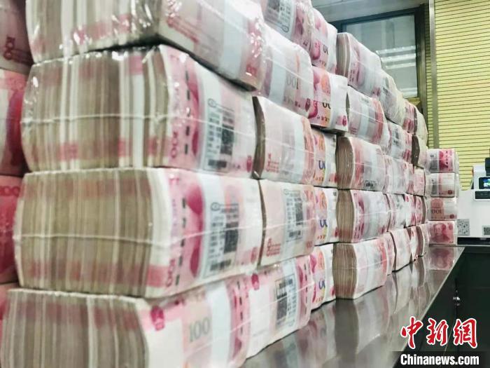 人民币整体摆放。 艾庆龙 摄