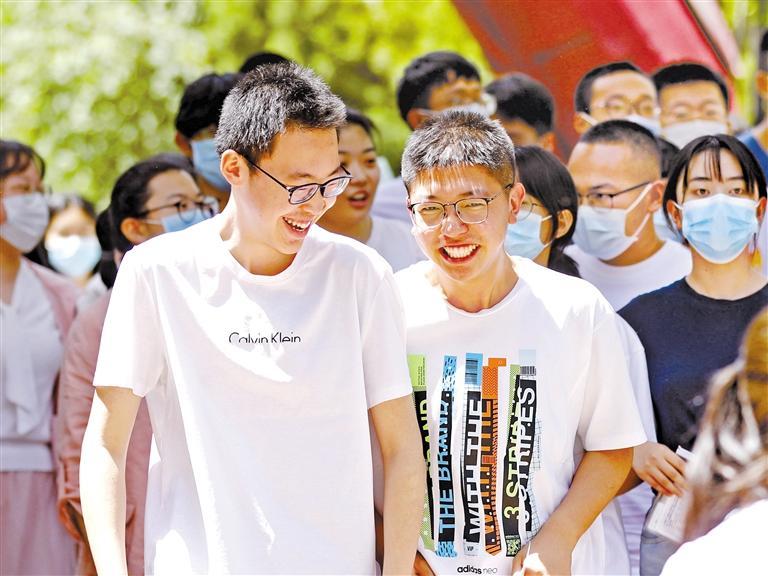 高考首日 甘肃省19.6万名学子轻松应考