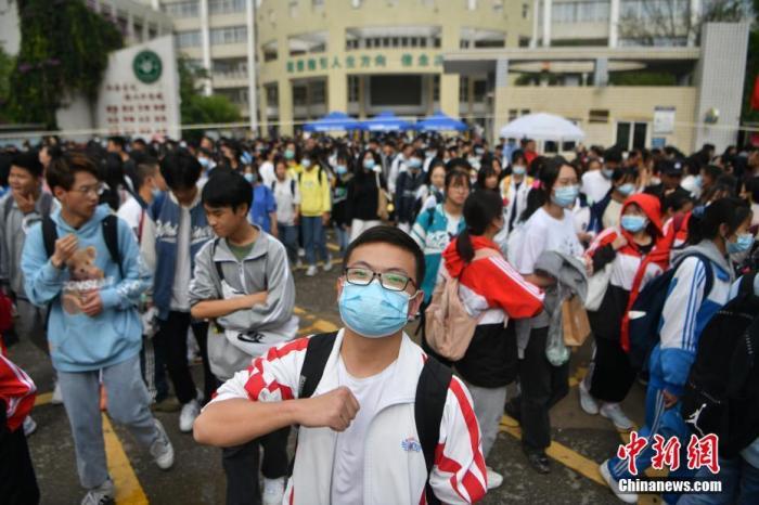 资料图:6月8日,云南省昆明市的考生结束2021年全国高考。图为一名神情自信的考生。 <a target='_blank'  data-cke-saved-href='http://www.chinanews.com/' href='http://www.chinanews.com/'><p  align=