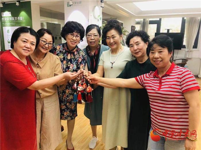 【网络中国节·端午】兰州张家园社区:手工制作香囊 同享传统节日