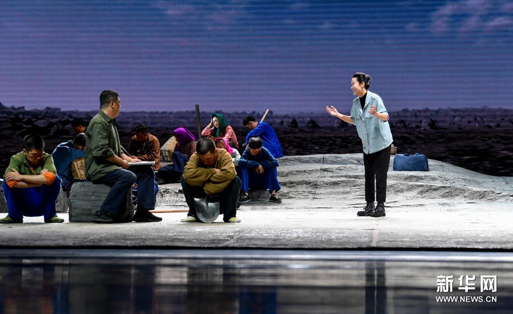 脱贫攻坚题材大型原创话剧《情系贺兰》在银川上演