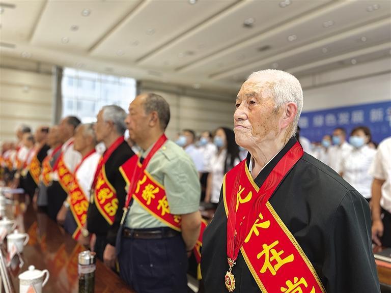 """兰州七里河区颁发""""光荣在党50年""""纪念章"""