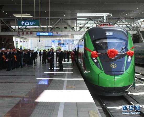 """感受中国速度!踏上西藏首趟复兴号列车""""绿巨人"""""""