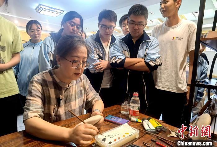 兰州美术老师巧借石纹作画引黄河文化深入课堂