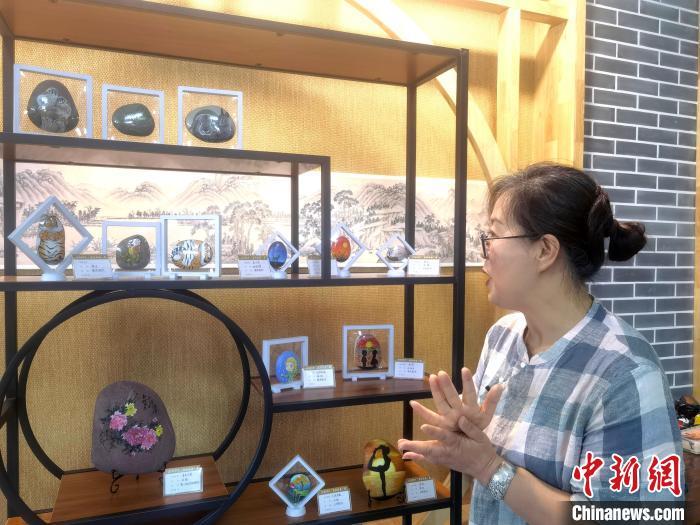 6月下旬,马玉兰向记者介绍学生作品。 高康迪 摄