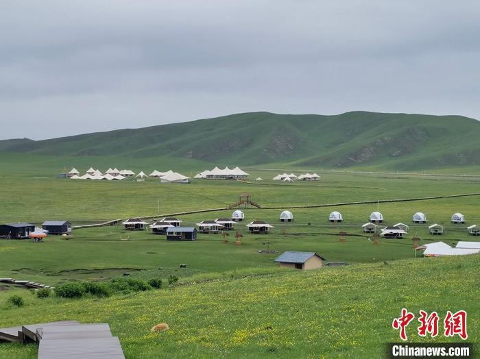 图为甘南大草原上旅游民宿。(资料图) 刘玉桃 摄