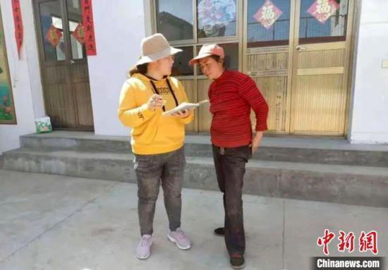 甘肃临夏州和政县将台村党支部书记杨小兰(左)入户了解农户生活、生产所遇困难。(资料图) 受访者供图