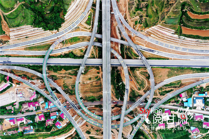 【飞阅甘肃】俯瞰穿行于河谷平塬上的高速公路