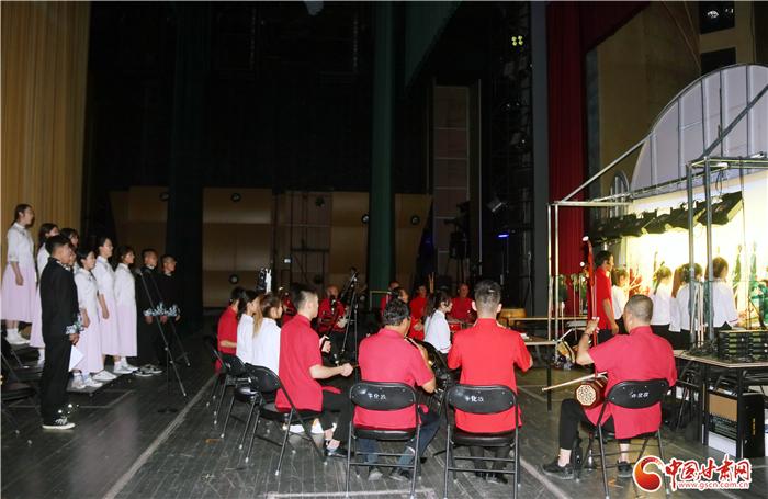 红色题材皮影戏《陇原第一枪》亮相兰州 台前幕后演绎经典文化