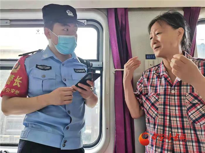 K226/227次列车重新启程 兰铁公安维护秩序助力旅客回家