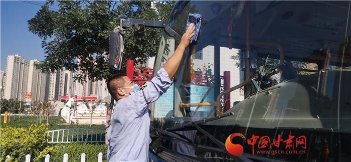 """兰州最后一批""""高温公交驾驶员"""" 顶着酷暑在路上"""
