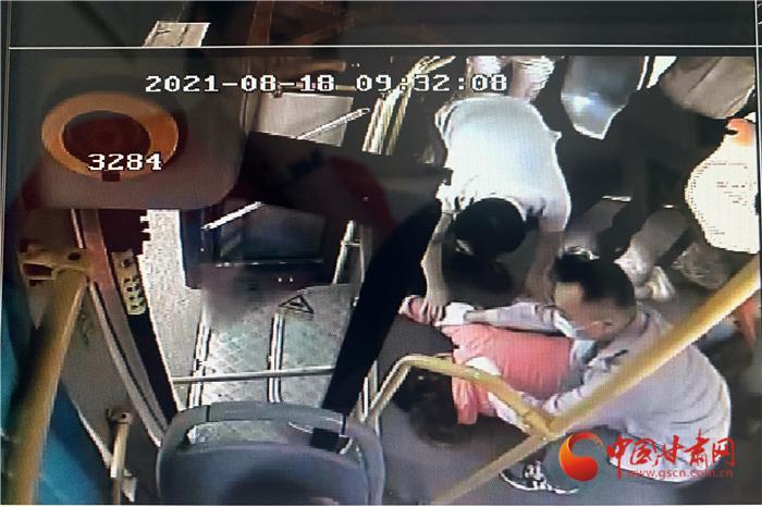兰州女乘客突发急症 公交车秒变救护车2分钟送医院