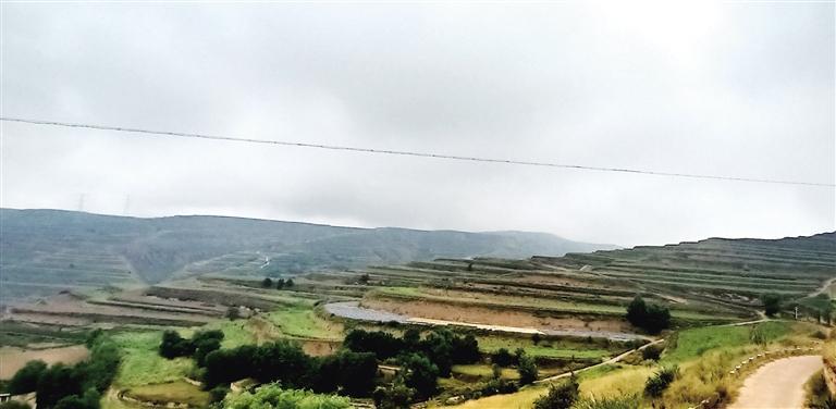 兰州市榆中县加快推进高标准农田和高效节水项目建设 整零成片 黄土梁实现机械化耕种