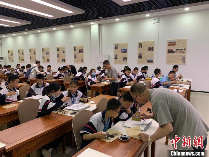 研学团队在敦煌阳关研学基地学习拓片制作。(资料图) 张奕瑗 摄