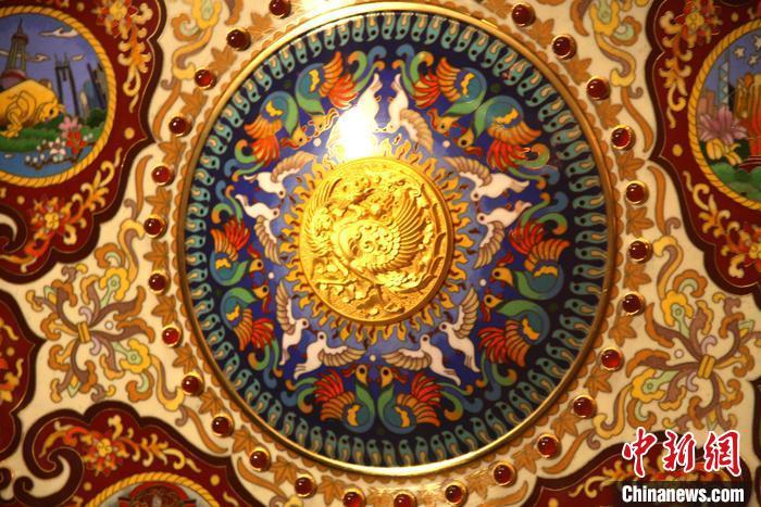 圆盘中心为纯银雕刻、镀金工艺的百鸟朝凤图 杨清伟 摄