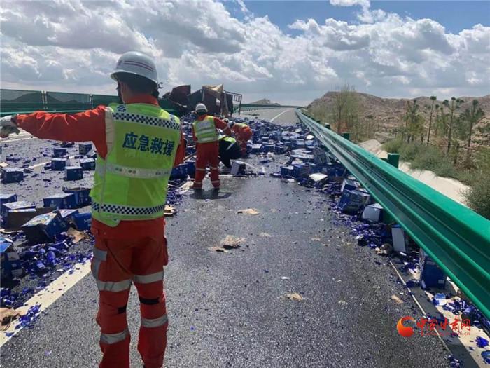景中高速货车侧翻啤酒瓶碎一地 高速清障大队紧急清理防扎胎