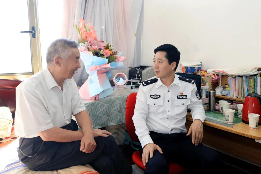杨喜军看望慰问甘肃警察职业学院退休教职工代表