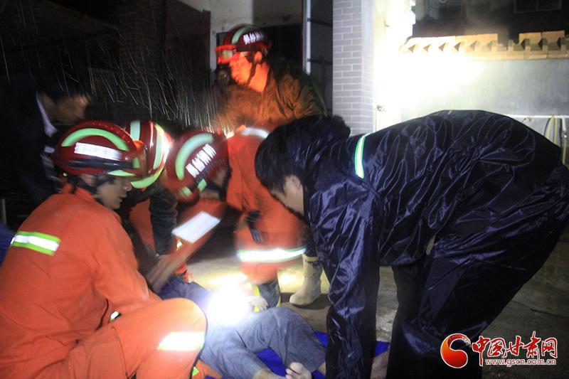 甘肃灵台强降雨致山体滑坡 公安消防携手救出2名被困老人