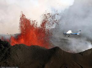 惊魂 小型飞机穿越喷发火山口