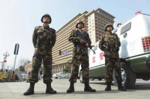 【图片故事】北京执勤武警顶盔掼甲25斤 每天值守13小时