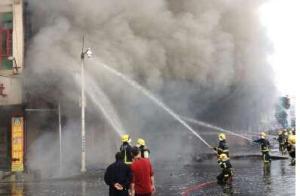【图片故事】广东河源商铺发生火灾致1人死亡1人失踪(图)
