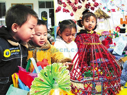 [新华网]幼儿园举办手工作品展